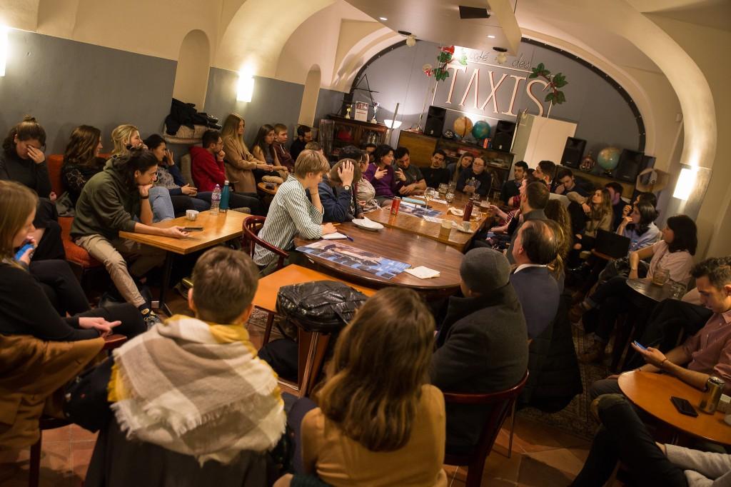 Series Professors in the Pub: Khi giáo viên cùng sinh viên bàn luận về các vấn đề chính trị, xã hội trong quán bia (bình thường là canteen, đến tối thành quán bia lol)