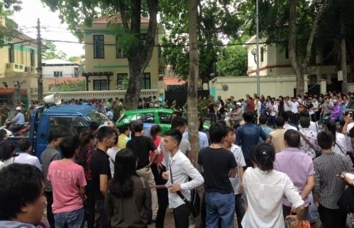 Hàng chúc người rồng rắn xếp hàng trước cổng ĐSQ Séc tại HN