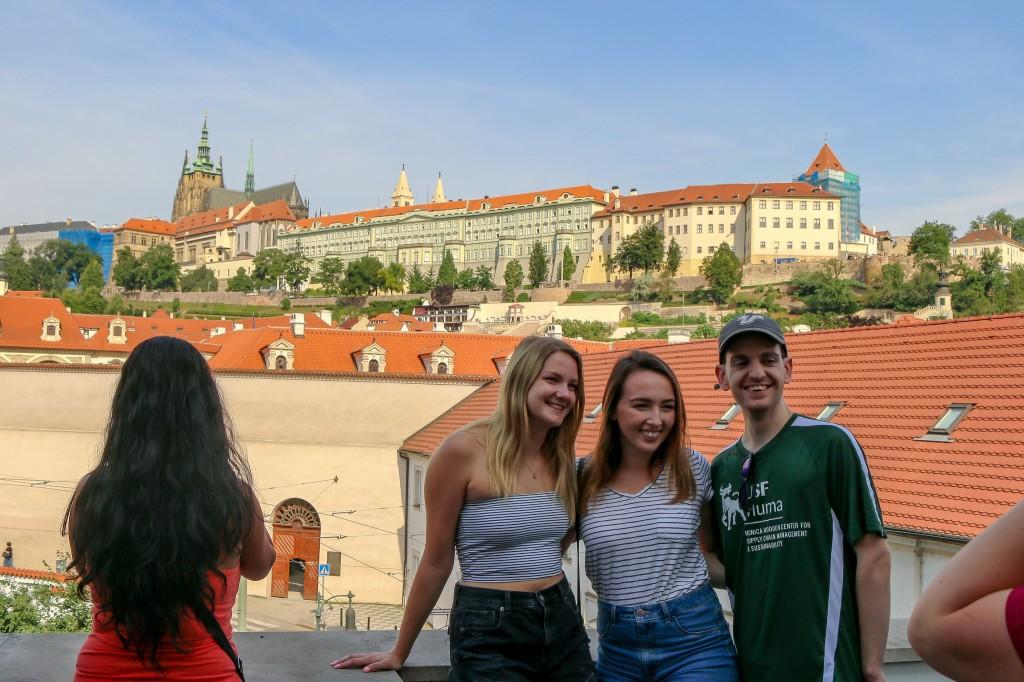 Từ AAU có thể nhìn thẳng ra lâu đài Praha
