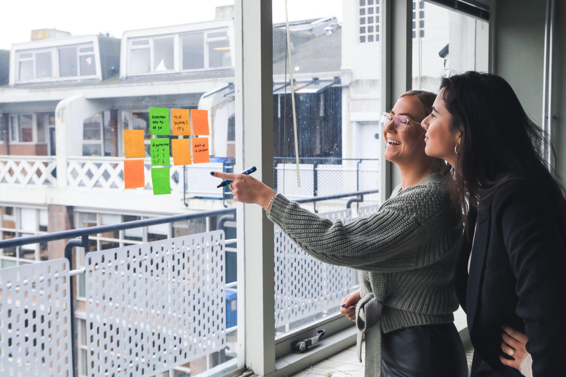 Công ty lớn thường sẽ trả lương cho interns vì họ muốn đầu tư vào nhân tài. Photo by Magnetme on Pexels.com